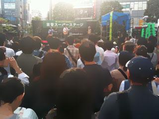 吉祥寺音楽祭野外ステージはこんなアンバイ。一応ステージにいるのは京町バなんだが、ほぼ見えないw
