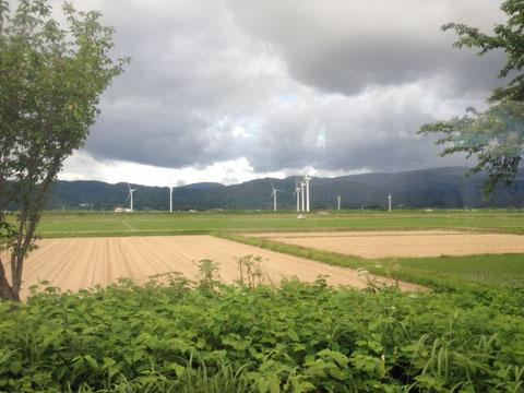 風車村は、あとで奥の細道最上川ラインで近くを通ることができた。いずれ降りて見物したいわー。