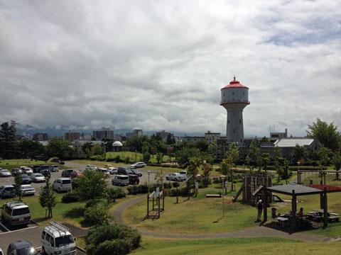 水道公園。そこに立ってる頭でっかちの塔が「水道タンク」